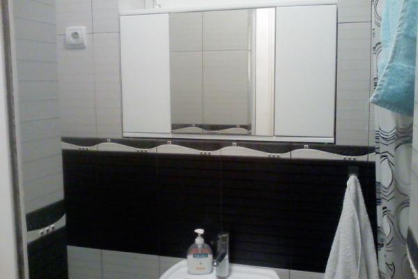 Kupatilski ormarić sa ogledalom i pushap mehanizmom za vrata