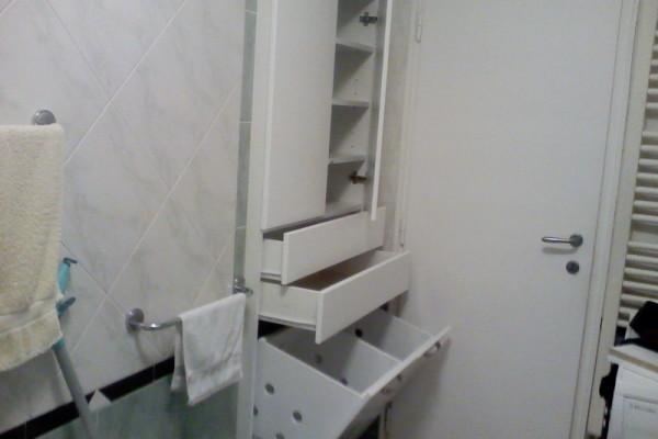 Kupatilski plakar sa policama,fiokama i ugradjenim korpama za veš