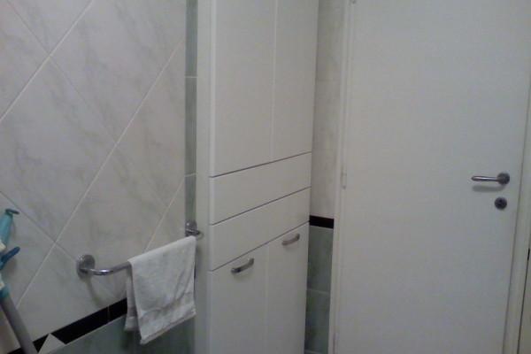 Kupatilski plakar sa policama,fiokama i ugradjenim korpama za veš.