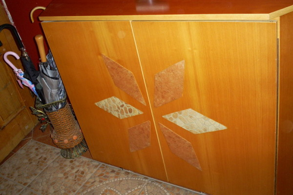 Cipelarnik sa ugradjenim keramičkim pločicama u vrata