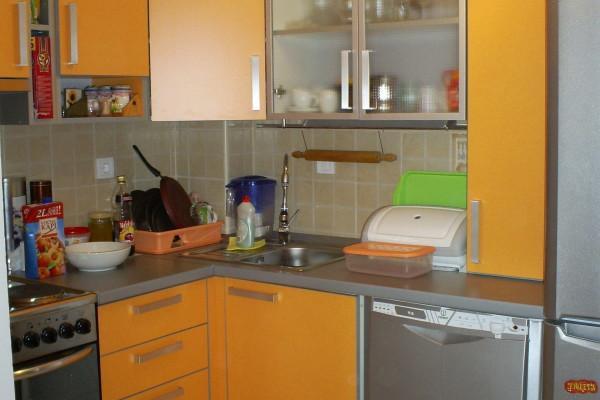 Ugaona kuhinja modernog dizajna