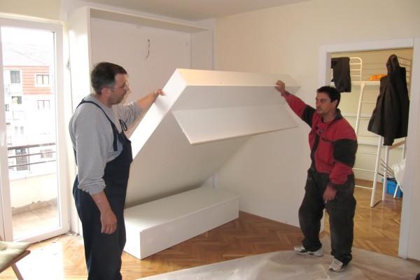 Zidni krevet sa fiksnom policom i sofom za sedenje