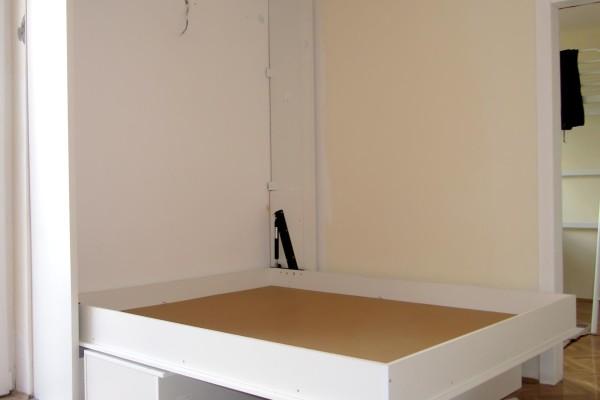 Zidni krevet sa policom i sofom