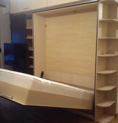 Zidni krevet sa LCD-om na kliznim vratima